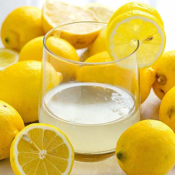 một lượng rượu trong người thì khi kết hợp với nước uống chua dễ gây nôn thêm và tăng nguy cơ tổn thương dạ dày