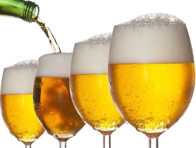 uống rượu bia là sở thích của nhiều người khi mùa hè đến
